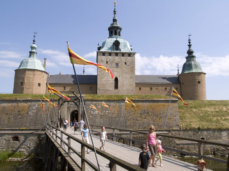 Bryggan till Kalmar Slott med slottet i bakgrunden.