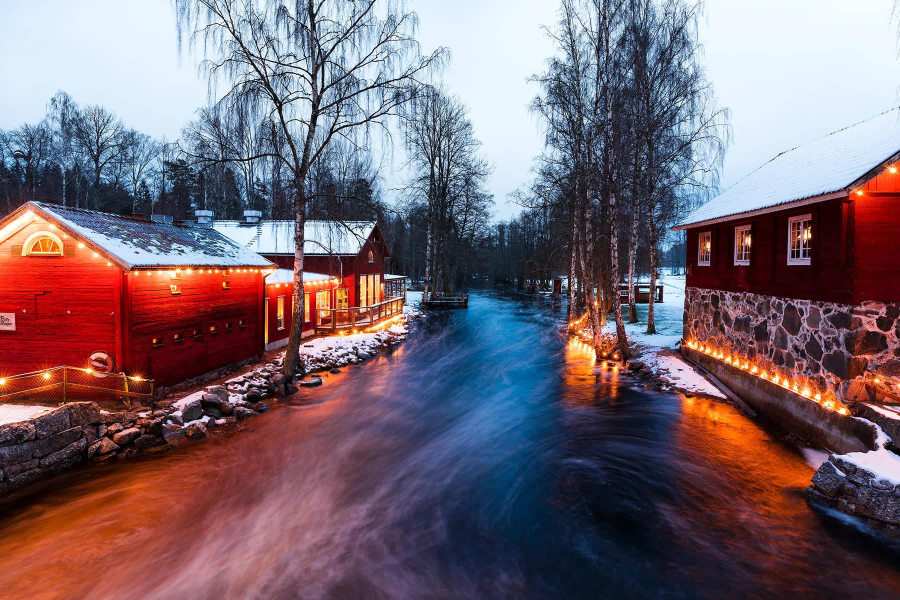 Weihnachtlich beleuchtet: das Handwerkerdorf Korrö am Fluss Ronnebyån in Småland