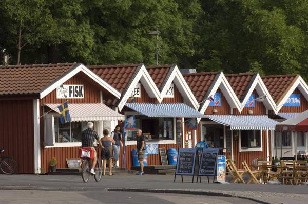 Am Hafen von Gränna: Räucherfisch, Eis und Café-Buden