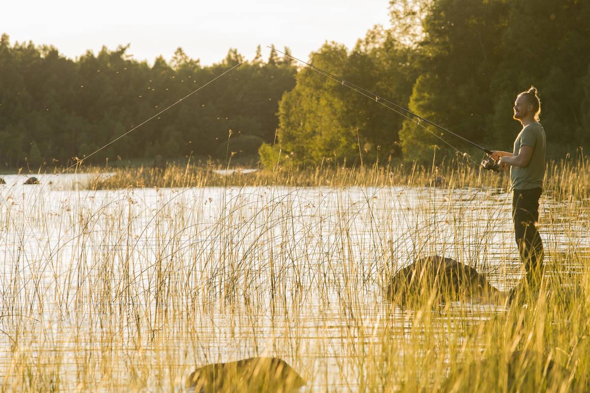 Fiskare vid sjö