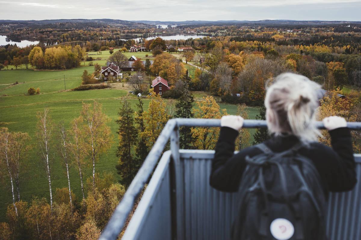 Meilenweiter Blick vom Nykulla Utsiktstorn über typisch småländische Bauernlandschaft