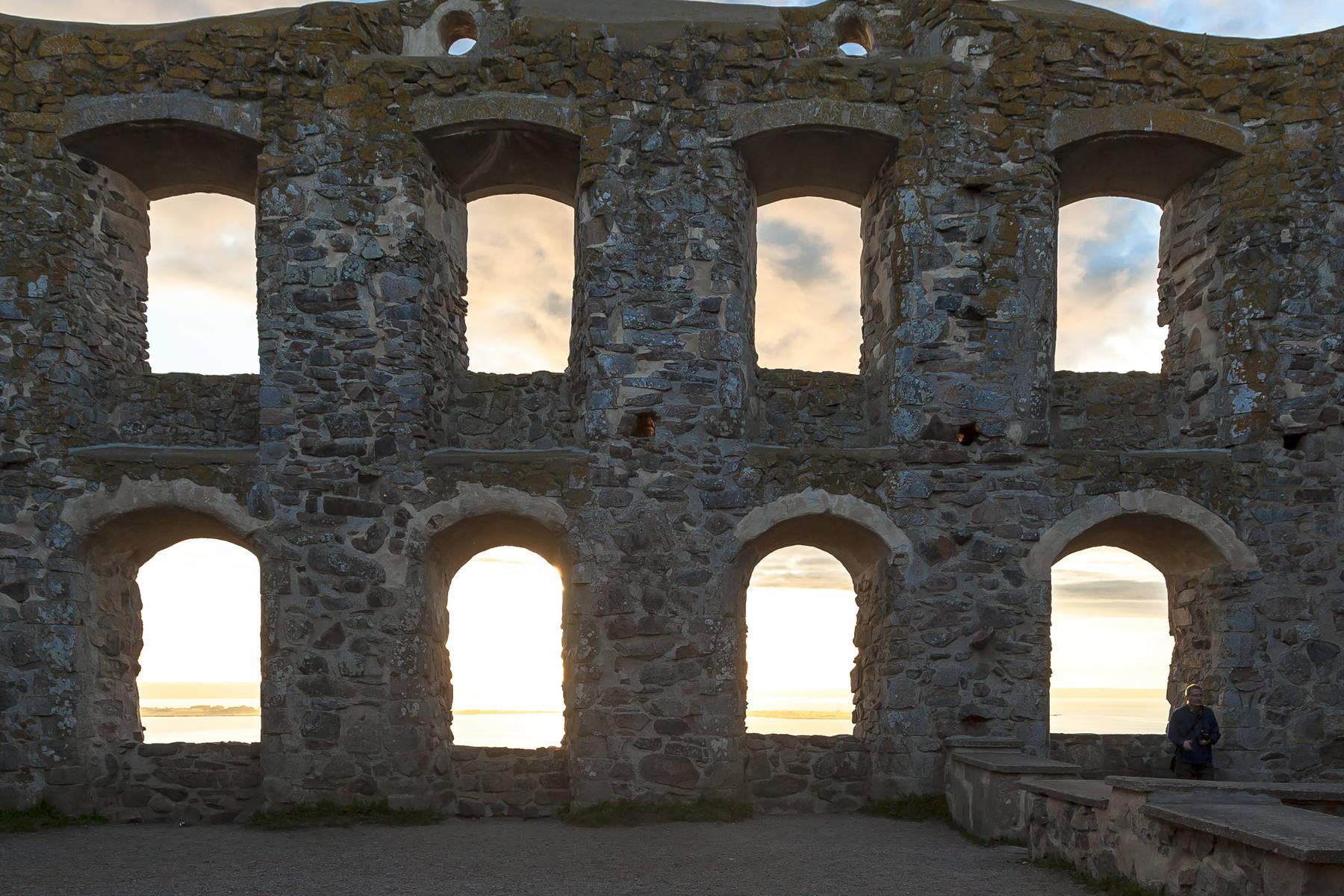 Die Ruine Brahehus liegt hoch über dem See Vättern