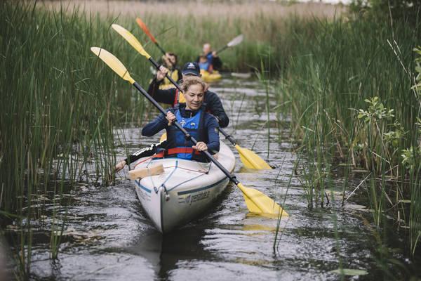 Auf dem Wasser auf Entdeckungstour