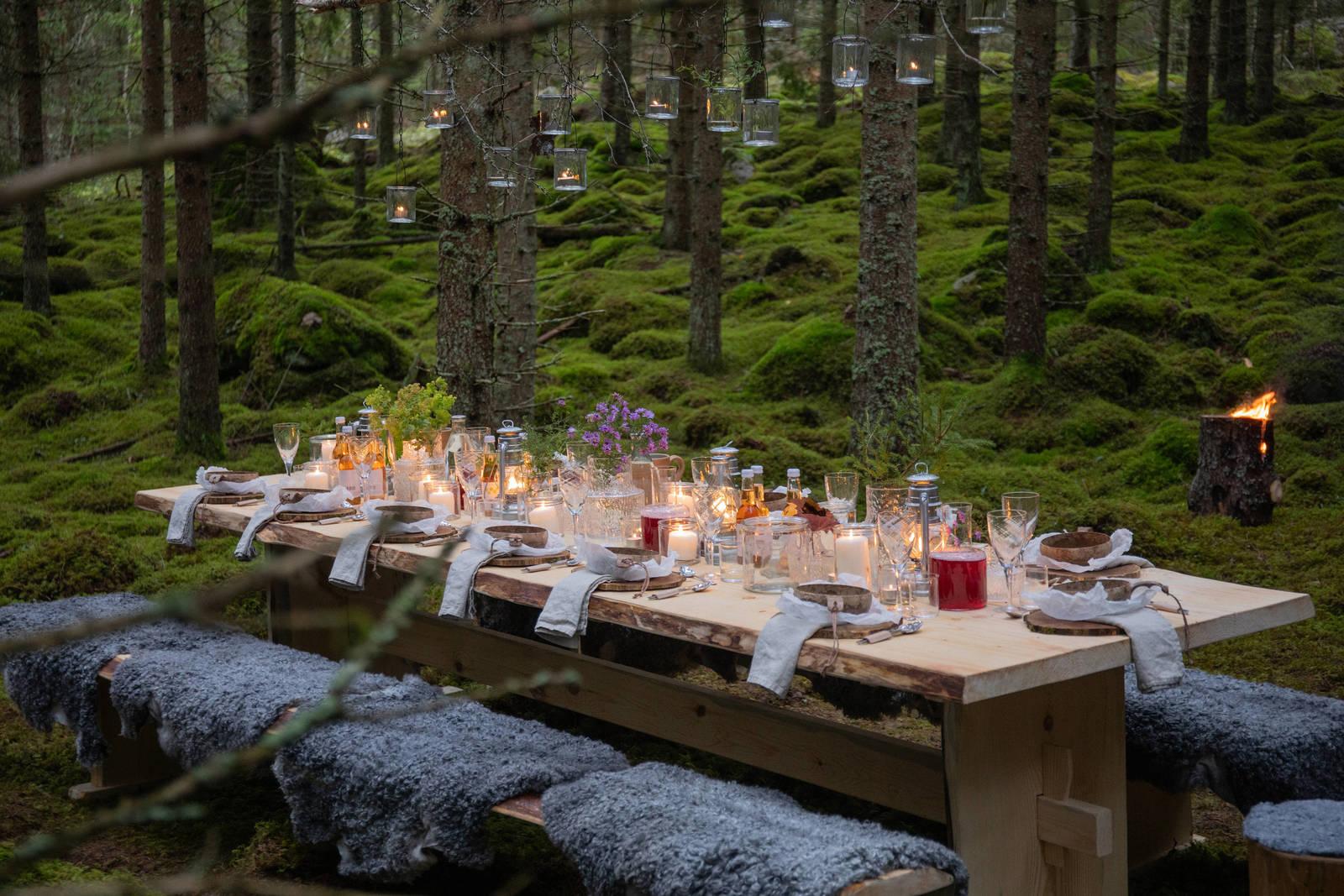 Schweden - Ein Land wird Restaurant: Gedeckter Tisch im Wald in Småland