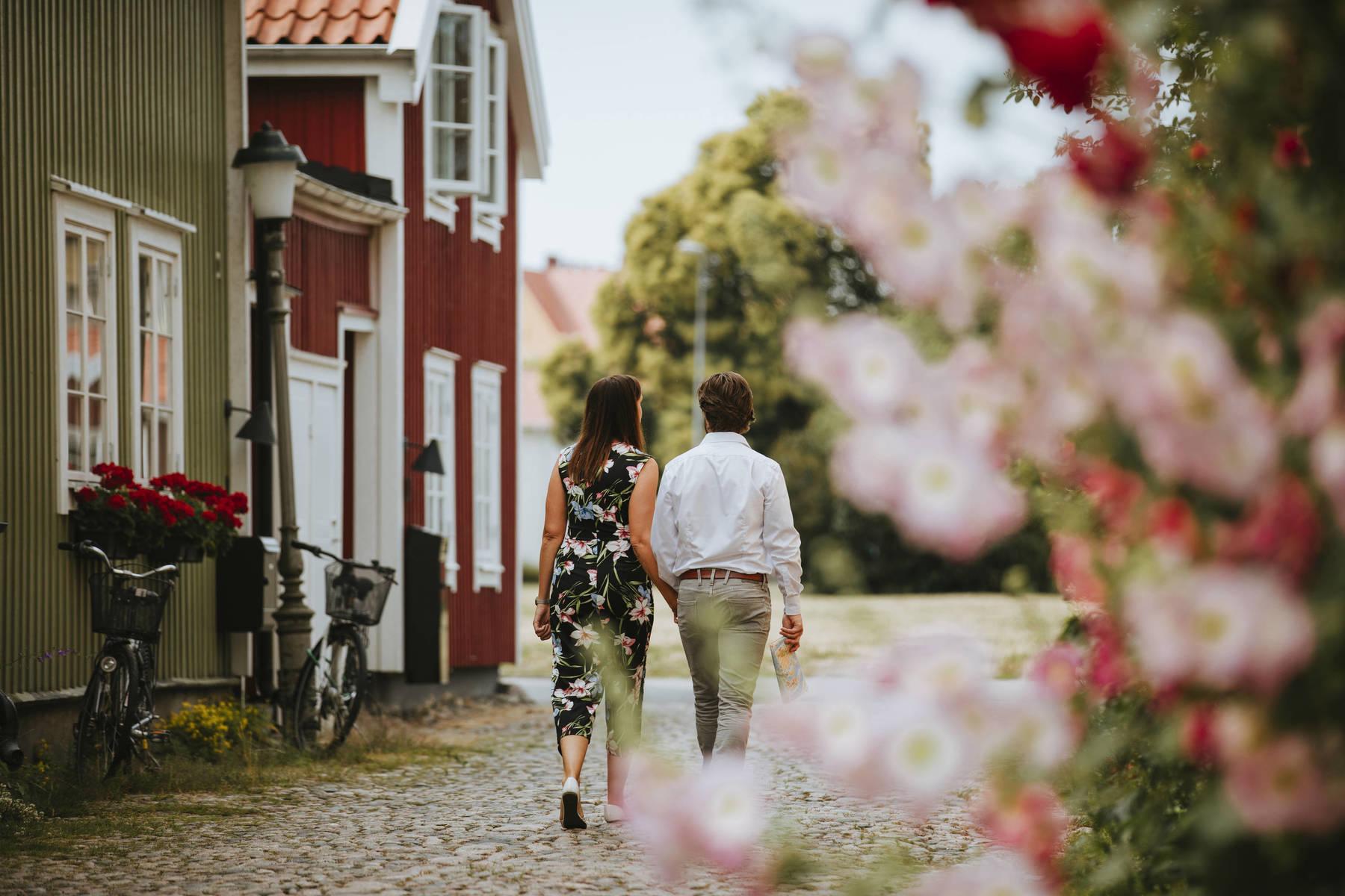 Couple walking along a cobblestone street in Kalmar