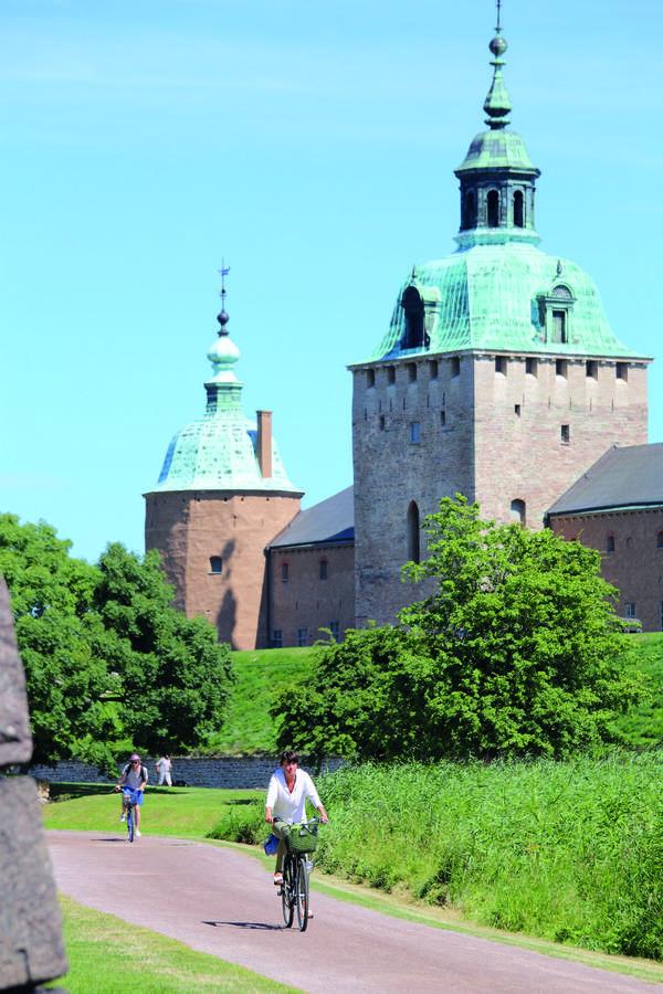 Cykling längs Kalmarsundsleden med Kalmar Slott i bakgrunden