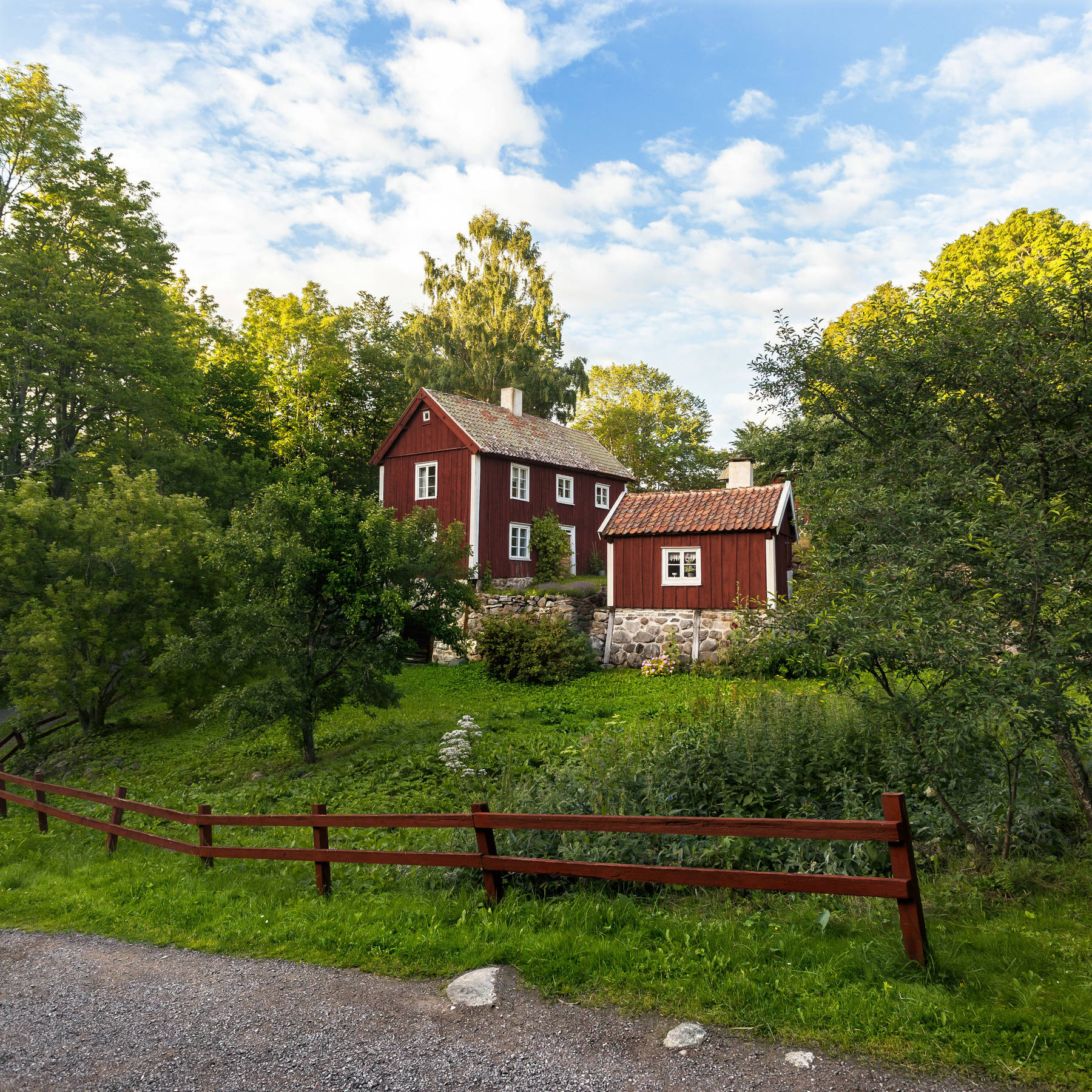 Röd stuga i Småland