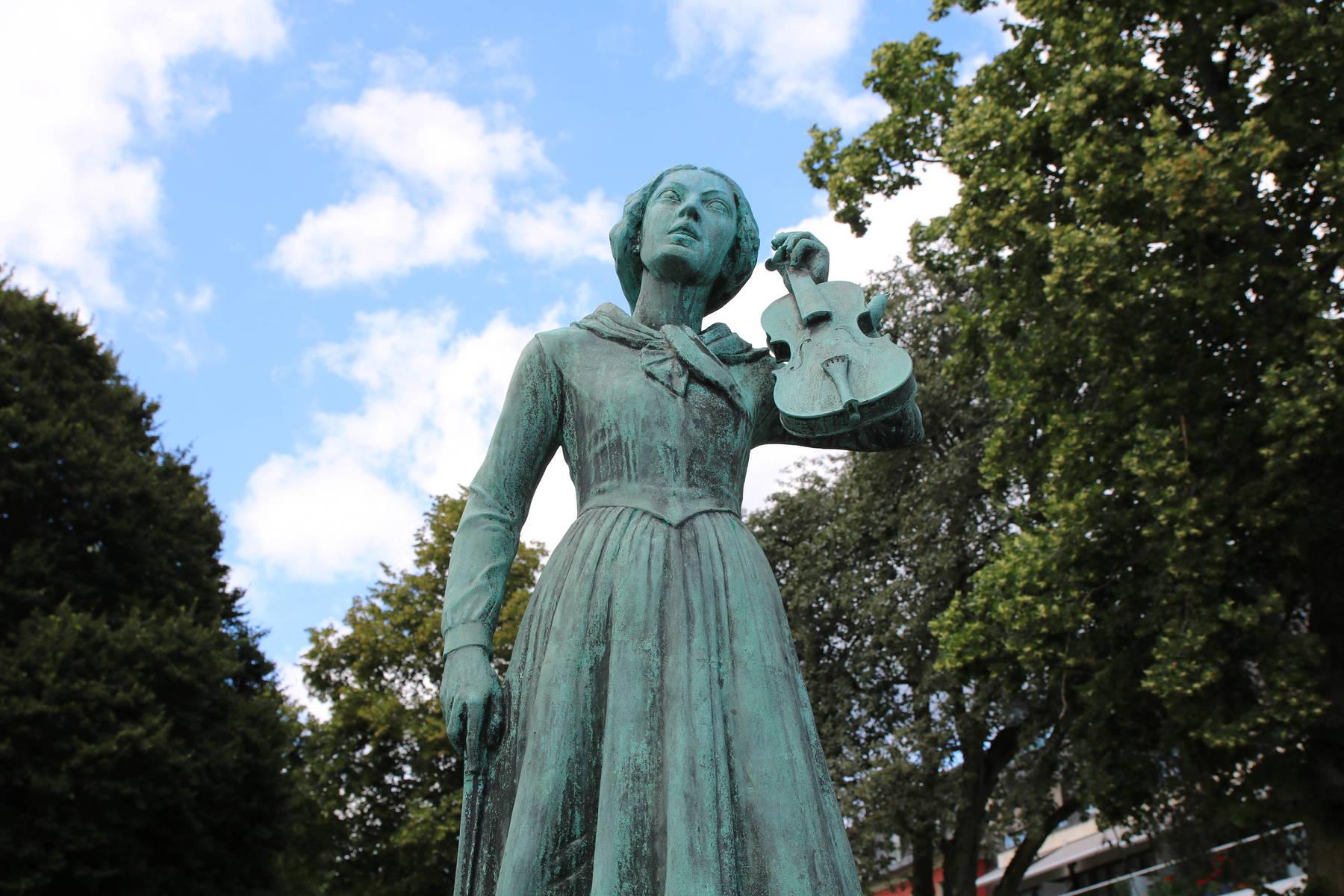 Kristina Nilsson-staty i Ljungby som håller en fiol