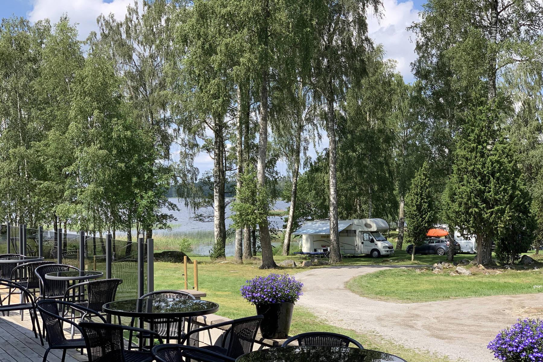 Mjölknabbens camping, vy från receptionen över campingen en sommardag
