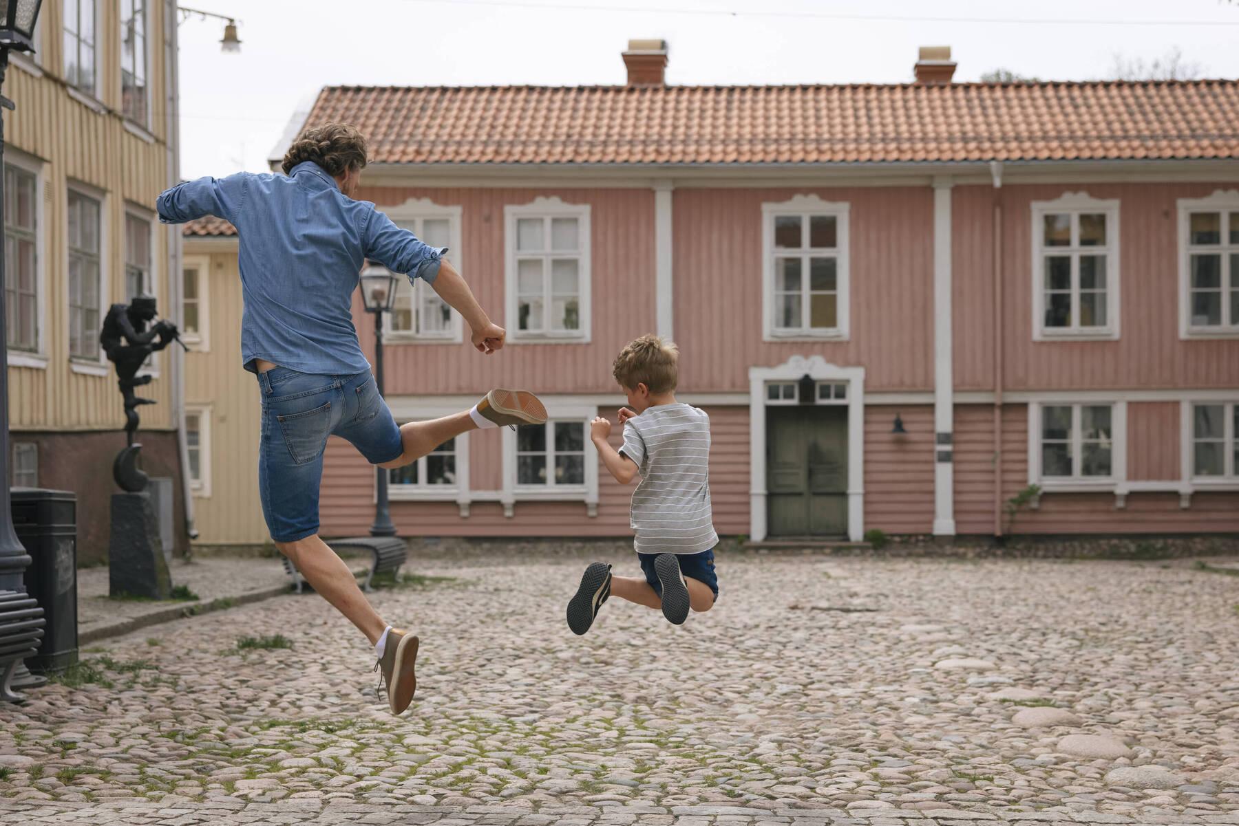 Pappa och barn hoppar i Småland