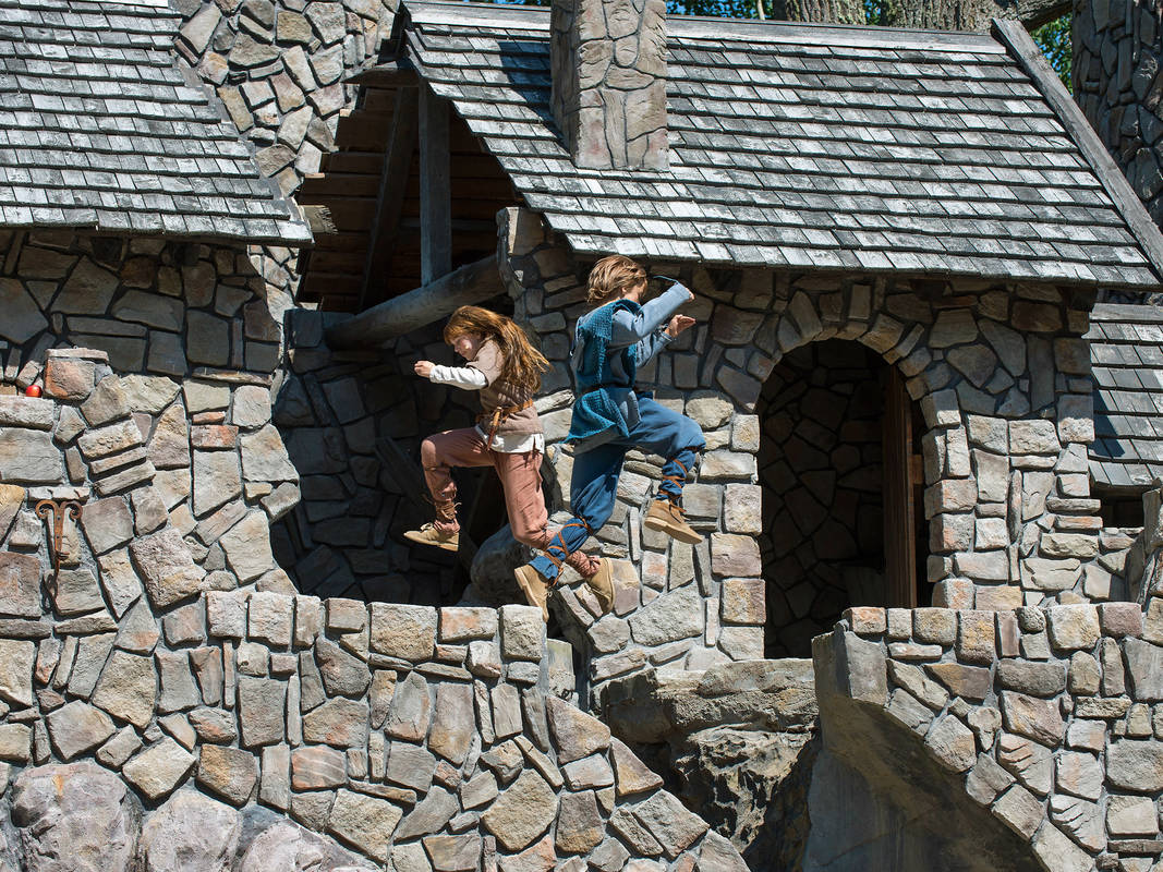 Ronja och Birk hoppar över helvetesgapet