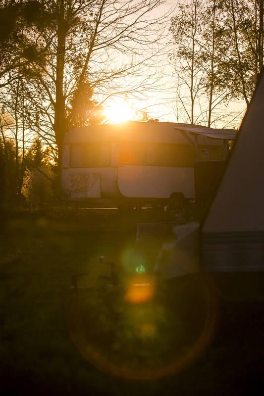 Solnedgång över campingplats