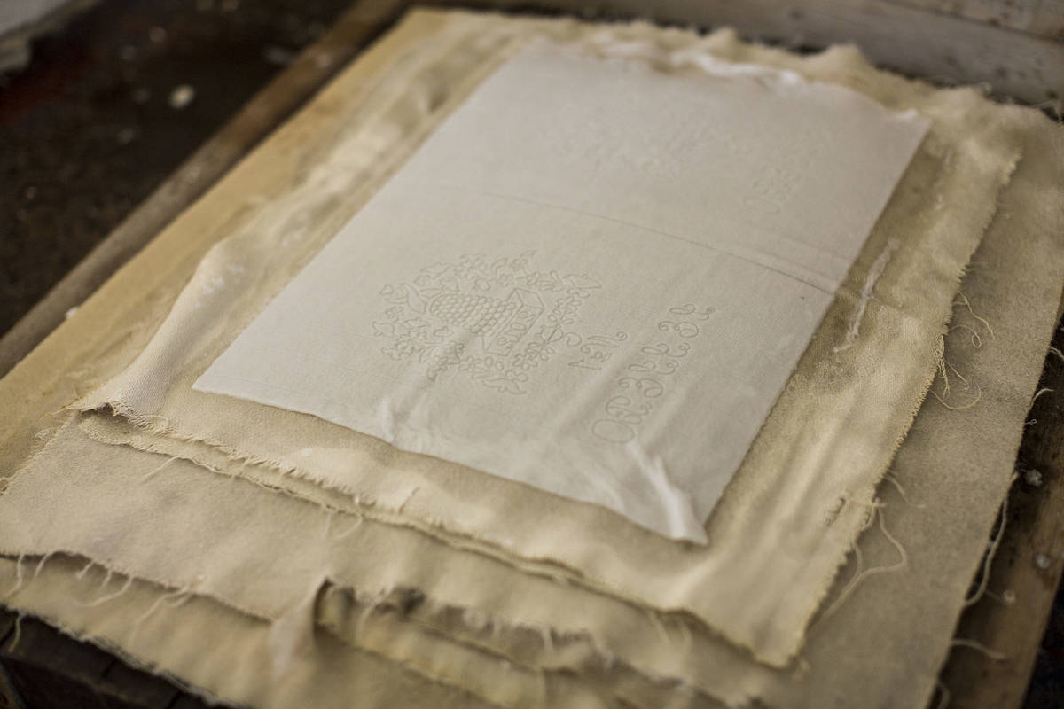 Papper i press på Lessebo Handpappersbruk
