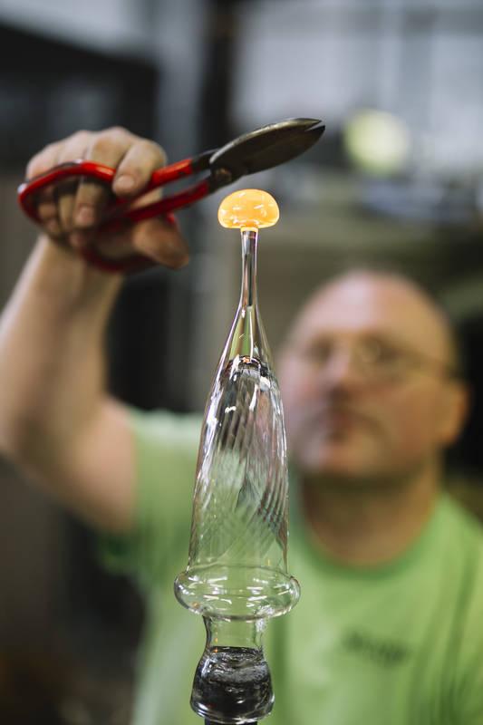 Produktionen i full gång på Skruvs glasbruk