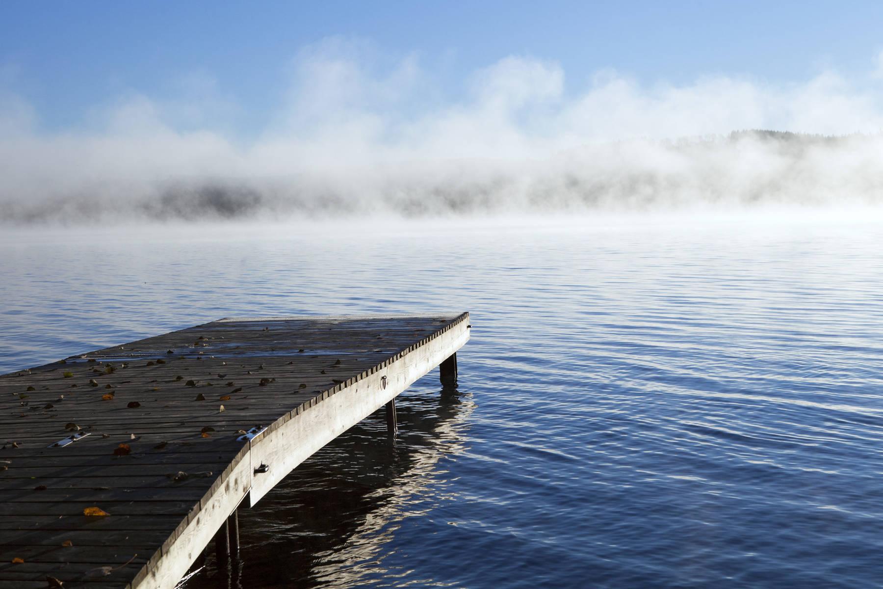 brygga vid sjö