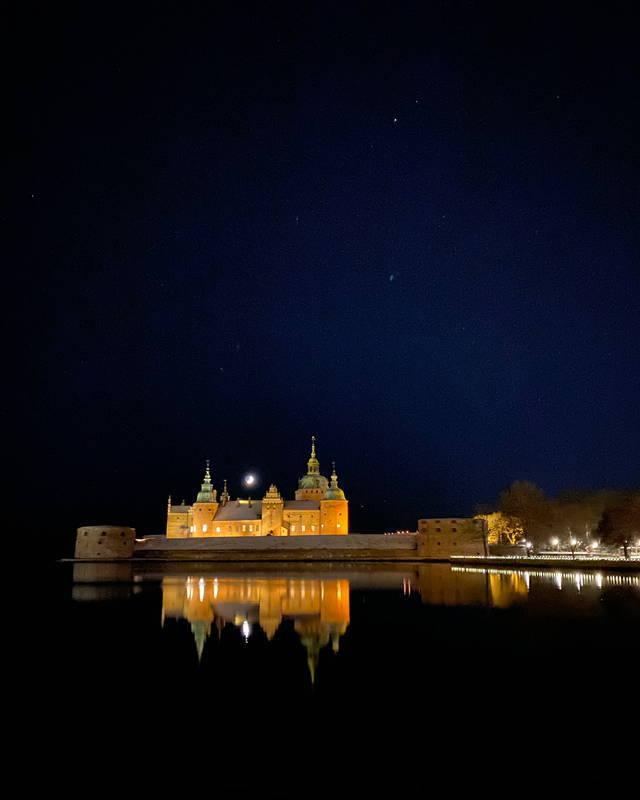 Kalmar Slott på kvällen med stjärnhimmel