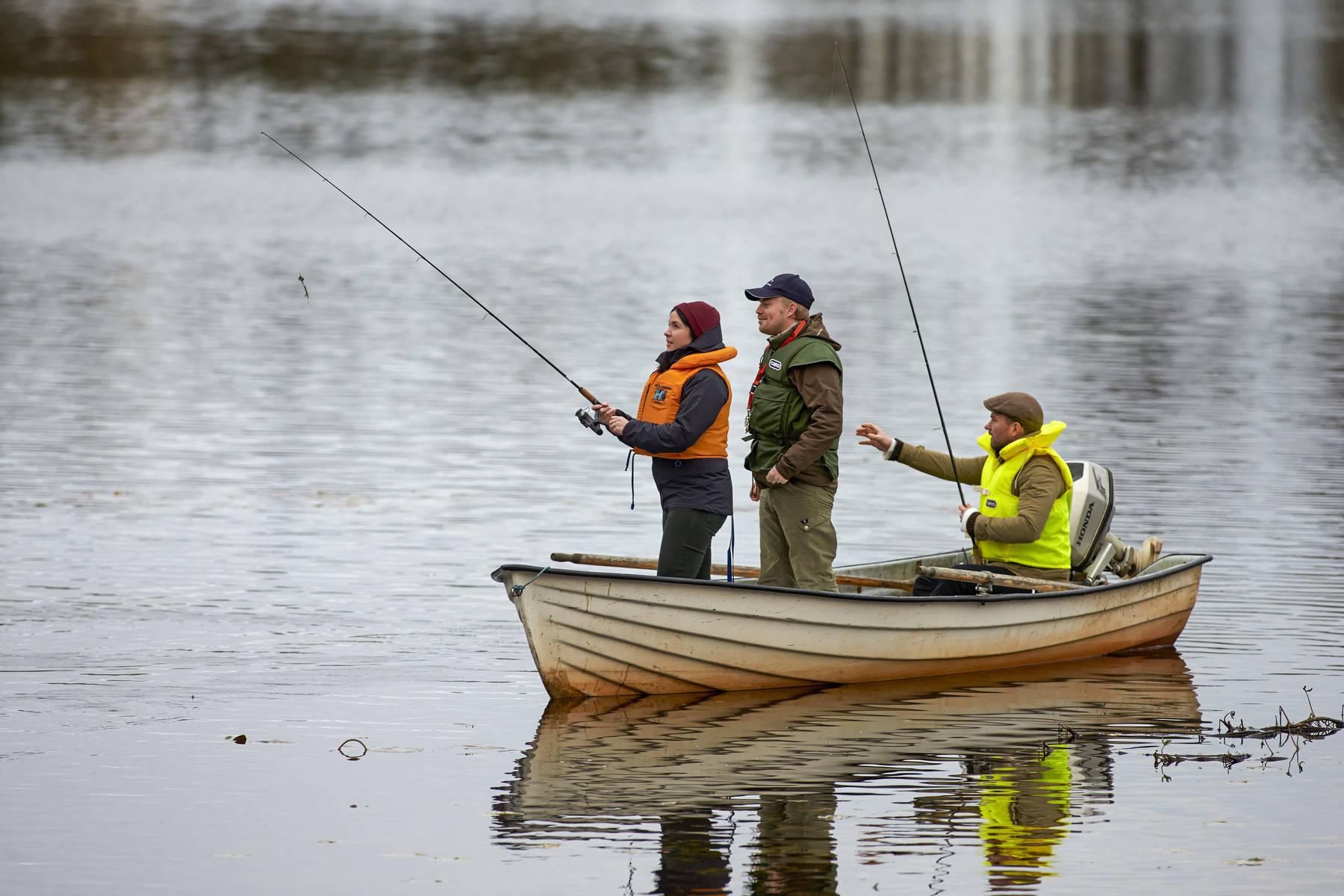par ute med fiskeguide i båten