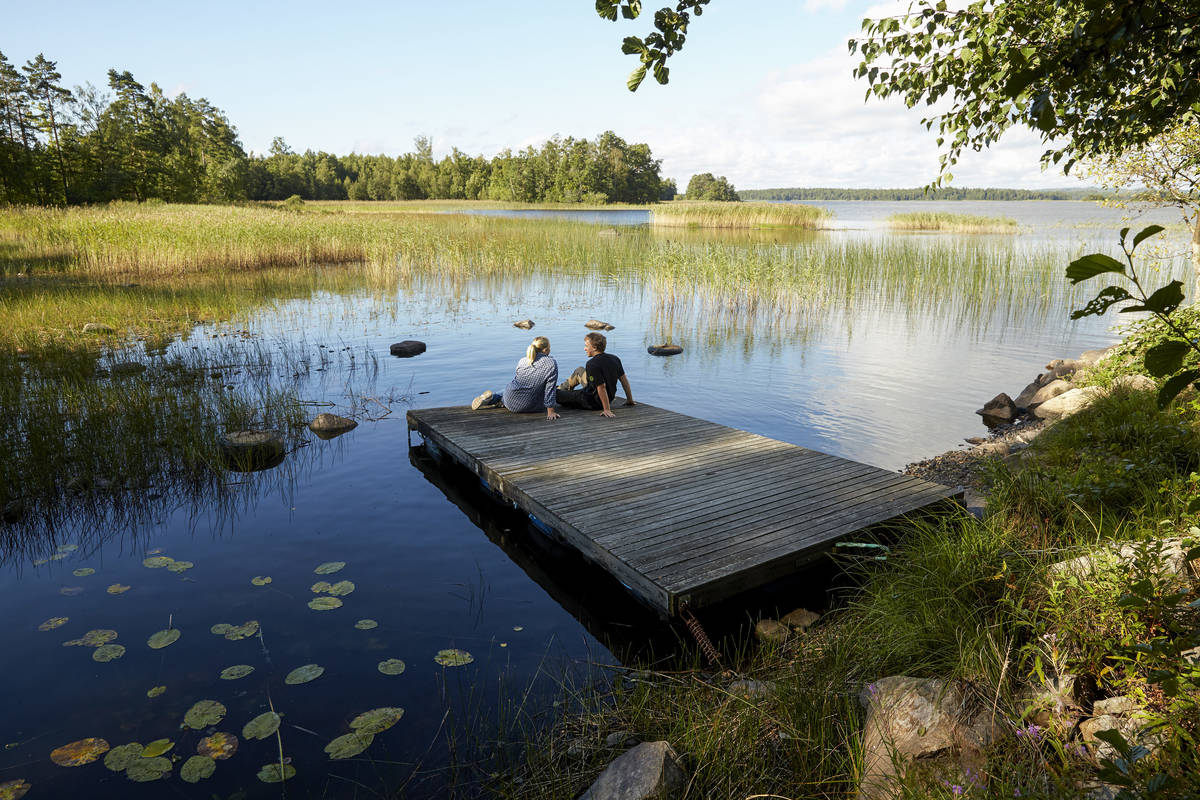 Par på brygga vid Åsnen