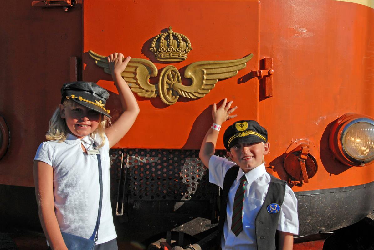 Barn framför tåg