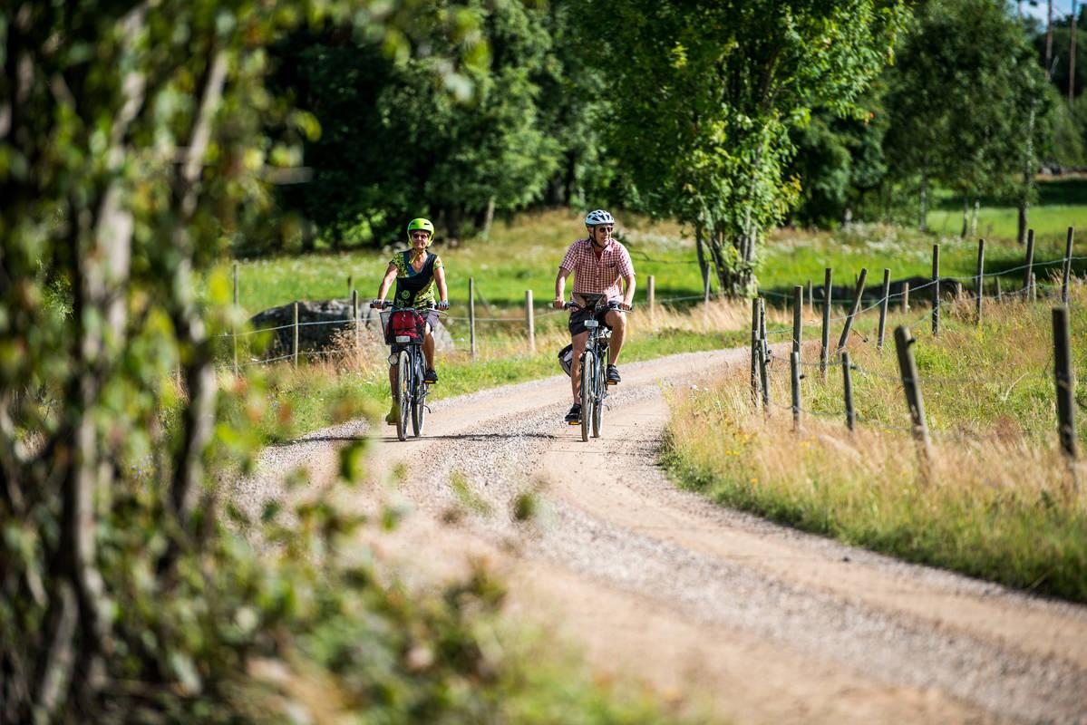 Cykling på så väl grusväg som asfalt